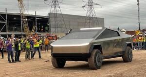 Tesla: Elon Musk mit Cybertruck auf Baustelle von Gigafabrik + wichtiger Termin