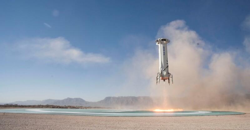 Der Booster, mit dem die Kapsel ins All geschossen wird, landet in sicherer Entfernung auf einem vorgesehenen Landeplatz selbstständig – und kann wiederverwendet werden.