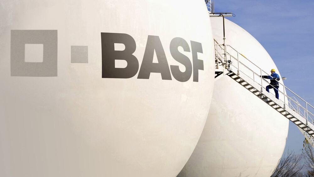 """BASF: Deutsche Bank sagt """"Kaufen"""" – diese Hürde steht jetzt im Fokus - DER AKTIONÄR"""
